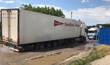 Жители ряда улиц в Комрате перекрыли дорогу большегрузному транспорту каменными блоками.