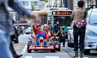 В японской столице не запрещен картинг на автодорогах, но небольшие карты не оснащены ремнями безопасности.