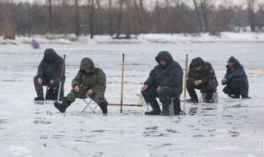 Спасатели просят жителей страны не выходить на лед.