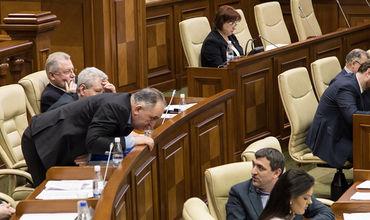 Даже если на улице август и большинство политиков в отпуске, многие из них работали на этих выходных. Фото: sputnik.md