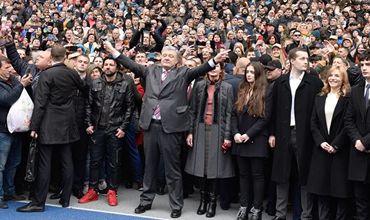 Кандидат в президенты Украины Пётр Порошенко на стадионе НСК Олимпийский в Киеве, 14 апреля.