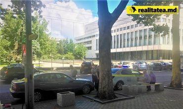 Водители продолжают парковаться на улице Пушкина