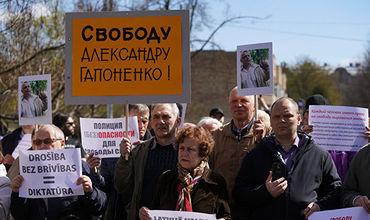 В Риге прошел пикет в поддержку задержанных защитников русских школ.