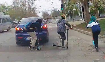В столице подростки на самокатах выполняли опасные трюки на дороге.