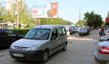 Некоторые тротуары в столице уже давно перестали принадлежать пешеходам.
