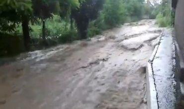 Дождь смыл асфальт с дороги в Шолданештах, а в Рышканах выпал град.