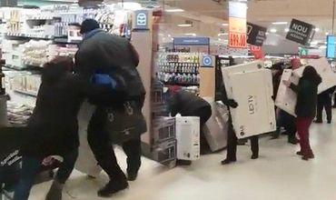 Около 30 клиентов пытались протиснуться первыми в двери магазина.
