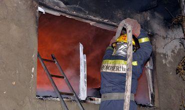 По данным СЧС, огонь уничтожил имущество в трех комнатах, и половину кровли. Фото: dse.md