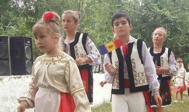 Открыл фестиваль парад костюмов.