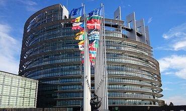 Церемония подписания решения состоялась в Страсбурге в комнате протокола Европарламента.