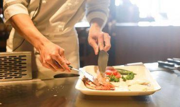 O chelneriţă dezvăluie secretul şocant din bucătăria restaurantelor.