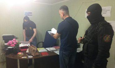 В офисах, домах и автомобилях вероятных сообщников были проведены обыски.
