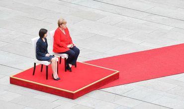 Меркель и Санду слушали гимны государств сидя на стульях.