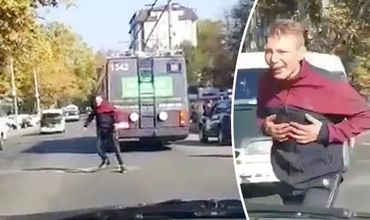В Кишинёве человек в неадекватном состоянии бросался на прохожих (Видео)