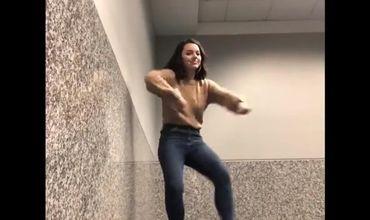 Туристка прославилась в Сети танцем в аэропорту.