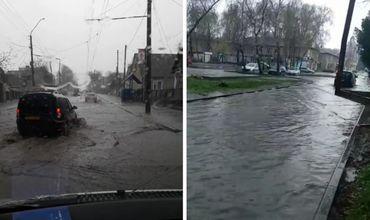После проливного дождя, прошедшего в Бельцах в четверг, 11 апреля, многие улицы города затопило.
