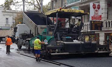 Вчера на улице Василе Александри начали стелить последний слой асфальта.