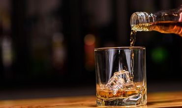 Neobișnuit: Au furat 69 de sticle de whisky din vitrina magazinului
