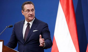 Правительство канцлера Австрии разваливается на фоне скандала с россиянкой.