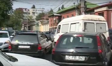 Водители возмущены образовавшимися пробками в центре Кишинева.