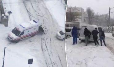 На выручку врачам и водителям пришли прохожие, которые подтолкнули машины.
