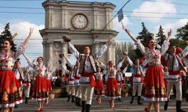 """La ora 19.00 Ansamblul Naţional Academic de dansuri populare """"JOC"""" va prezenta spectacolul coreografic """"Moldoveneasca""""."""