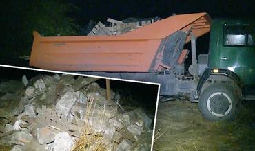 Полиция оштрафовала устроившего свалку в поле водителя грузовика