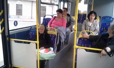 Nu mai oferi locul persoanelor în vârstă în transportul public. Ce rău le faci