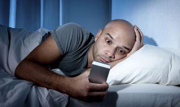Присутствие ноутбуков и телефонов в спальне может нанести ущерб отношениям.