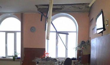 Родители учеников говорят, что тревожные сигналы о состоянии потолка уже были.