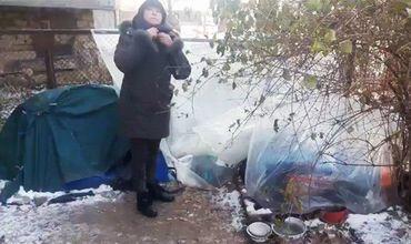 В Кишиневе женщину выкинули из ее квартиры и заставили ее ютиться в палатке рядом со своим бывшим жильем.
