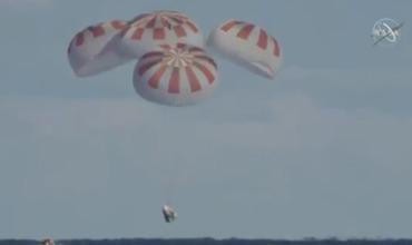 Спуск космического корабля Crew Dragon в океан попал на видео.