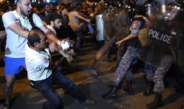В Ереване начались столкновения митингующих с полицией.