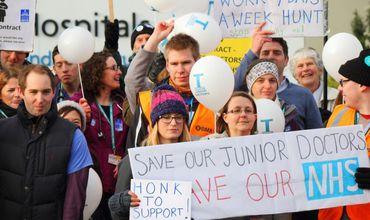 Британские младшие врачи объявили о проведении самой продолжительной забастовки.