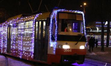 Вечером 8 января восемь украшенных гирляндами трамваев проехали по всей Одессе.