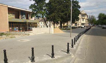Власти передумали демонтировать антипарковочные столбики у театра имени Чехова.