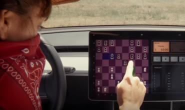 Владельцы Tesla могут сразиться в шахматы со своими авто.