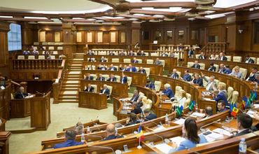 Парламент отказался обсуждать вопрос сокращения зарплат чиновников