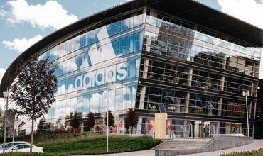 Adidas отозвал детскую коллекцию одежды из-за опасных нашивок.