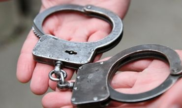 Власти Франции и Румынии выдали европейский ордер на арест на его имя.