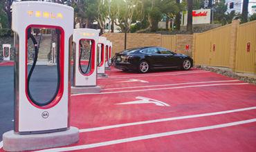 Американский бизнесмен Илон Маск анонсировал появление на Украине станций Tesla Supercharger для зарядки электромобилей.