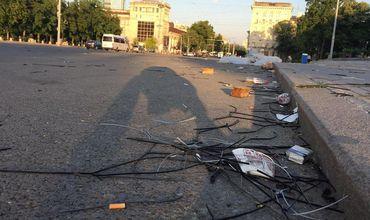 После протестов на центральной площади остался мусор.