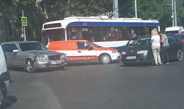 В центре столицы произошло ДТП с участием троллейбуса и трех машин