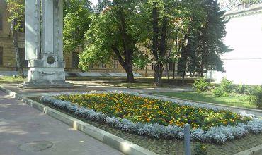 Grupul de inițiativă pentru amenajarea scuarului Ghibu din Chișinău a început montarea scaunelor și a coșurilor de gunoi.