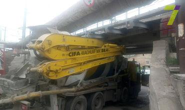 В Одессе бетономешалка врезалась в мост