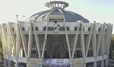 Скульптура была изготовлена в 1988 году, через семь лет после строительства Цирка.