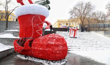 Вандалы изуродовали новогодние украшения Потемкинской лестницы.