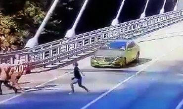 Золотой Mercedes насмерть сбил любительницу селфи.