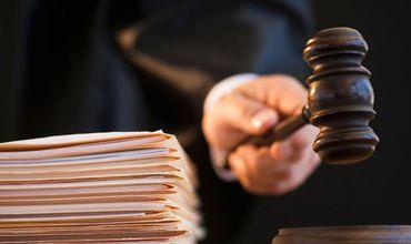 Привлечение судей к уголовной ответственности за вынесение заведомо противоречащих закону постановлений не противоречит Конституции.