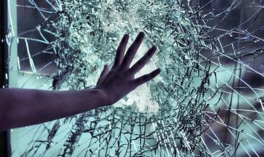 Un bărbat a spart un geam la sediul Poliției din Capitală. Riscă pușcărie. Foto simbol: Sabina Cornovac